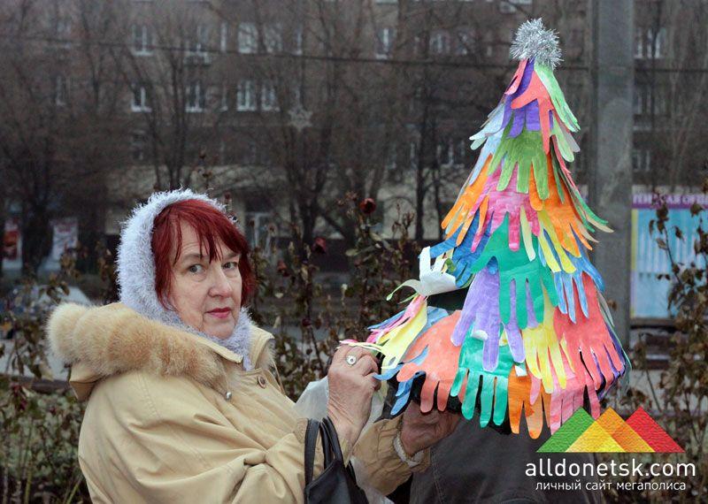 Верхушку для этой елки сделали воспитанники Донецкого городского социально-реабилитационного центра РАДУГА для детей-инвалидов и молодых инвалидов