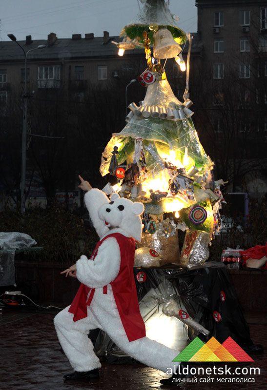 Завидев такую лесную красавицу, один из белых медведей, пришедших на это мероприятие, на радостях исполнил новогодний танец