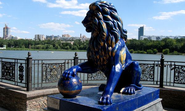 Отполированного сотнями рук дончан синего льва уже не особо баловали вниманием. Наверное, немного отпугивал неестественный цвет, придуманный знатоками из искусства