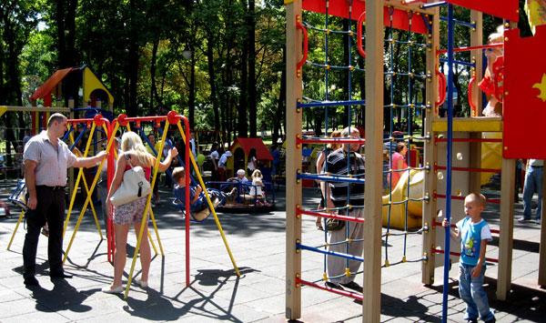 Маленькие жители Донецка радовались возможности вдоволь наиграться на детских площадках..