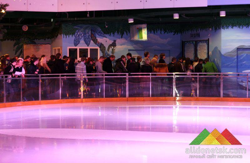 К катку устремляется новая очередь жаждущих испытать себя на льду