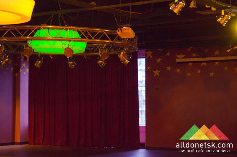 На детской сцене установлен выдвижной проектор