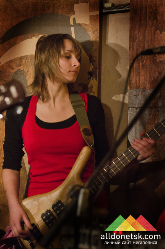Наталия Назарова - бас-гитара