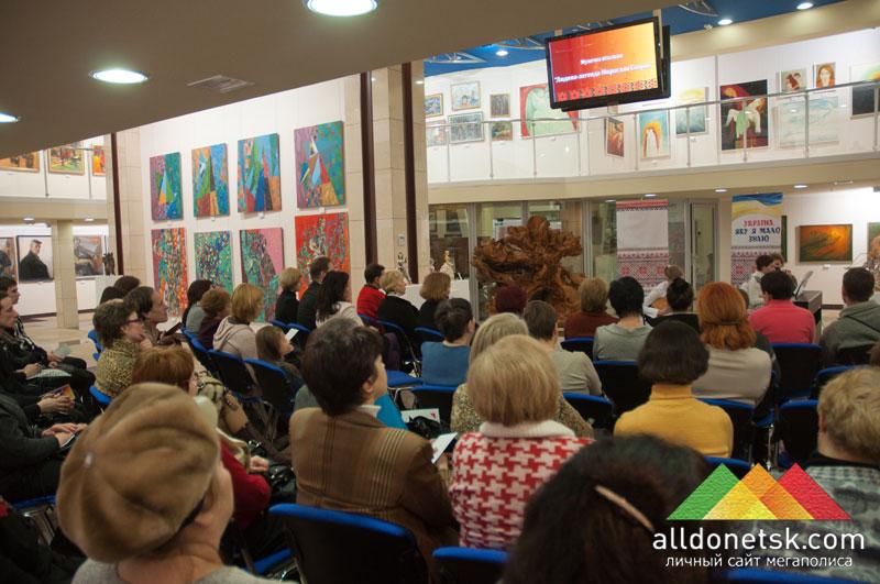 Гости наслаждаются игрой исполнителей и окружением