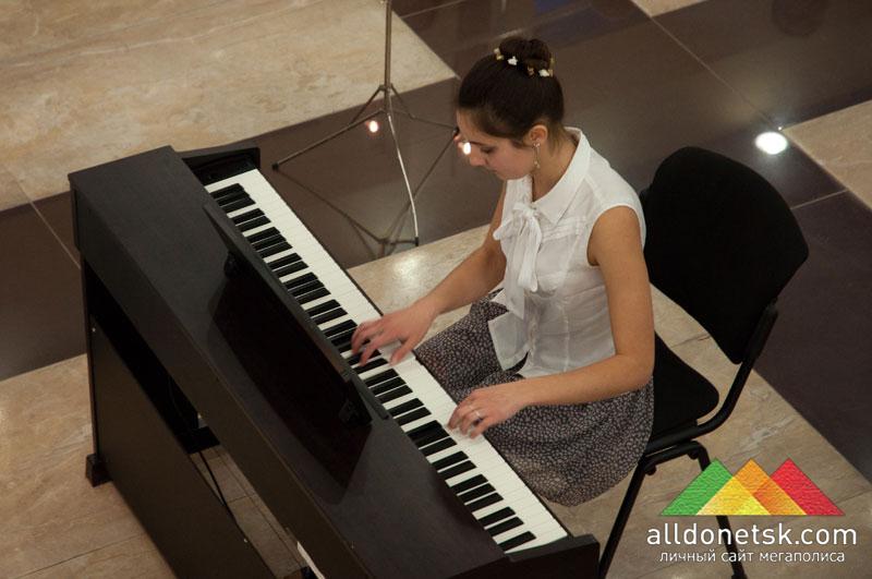 Анна Плюта играет вальс из Partita №5. Фортепиано