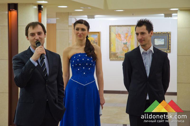 Екатерина Калиниченко, арт-директор АртДонбасса, и братья Василенко
