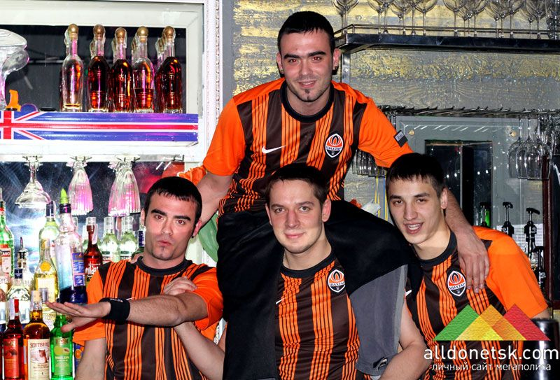 Команда барменов готова защищать честь бара.