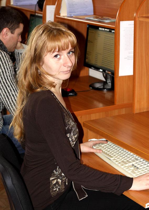 По словам Алины Добродумовой, и.о. заведующей отдела автоматизации библиотеки имени Крупской, все читательские зоны покрыты беспроводным интернетом. А если нет своего девайса - к вашим услугам стационарный компьютер.