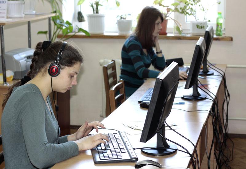 В Донецкой областной юношеской библиотеке также есть выбор компьютеров.