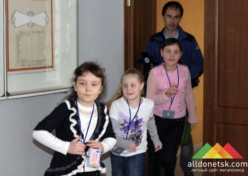 Вспотевшие журналисты не успевали за детьми, которые без устали вбегали на 4-й этаж.