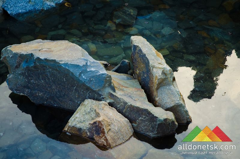 Источник, обрамленный натуральным камнем, в самом сердце летней площадки. Загадывайте желания, и они обязательно сбудутся!