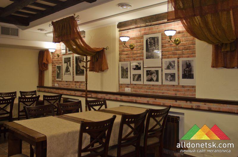 Уютный дизайн из кирпича и натурального дерева дополняется фотографиями известного советского художника Александра Родченко.