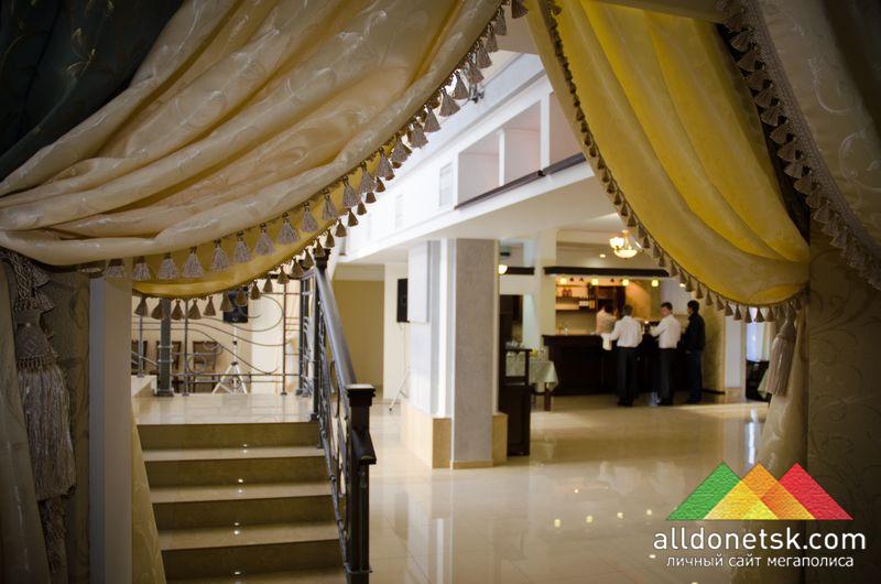 Основной зал первого яруса ресторана, с барной стойкой и столиками, открывает простор для больших компаний...