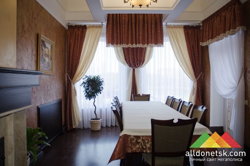 Уютный VIP-зал с камином и балконом может вместить до 15 человек