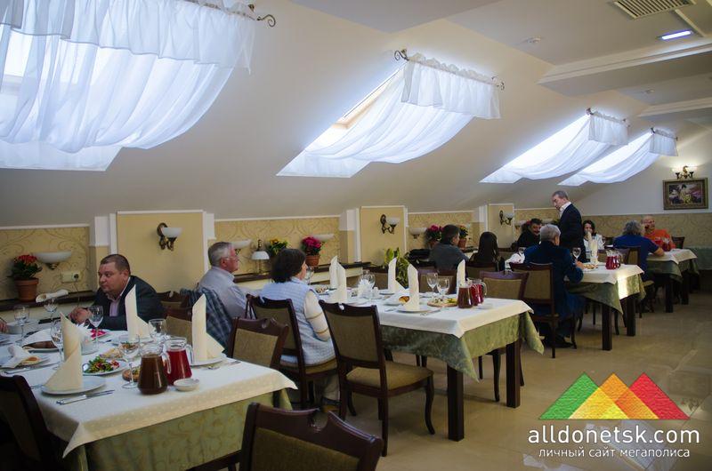 Второй ярус ресторана отлично подойдет для деловых встреч и дружных банкетов.