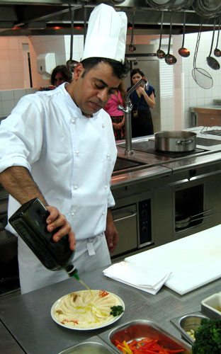 А теперь подадим самую распространенную закуску в ливийской кухне - Хуммус, основу которой составляет турецкий горох