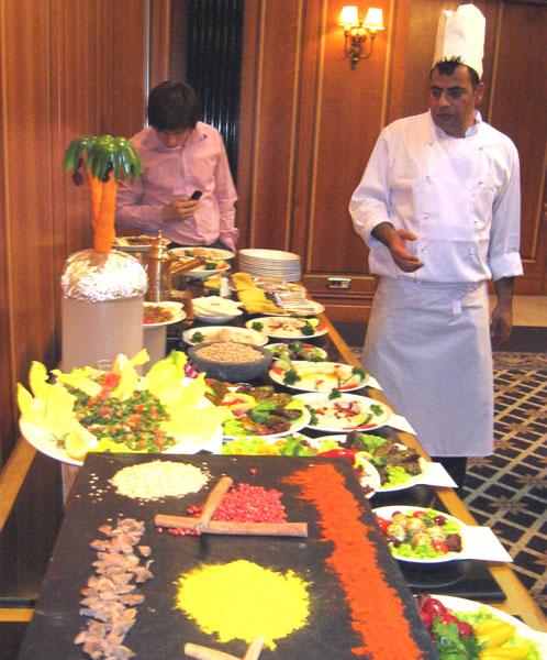 Вот за этим столом обратите внимание на все блюда...