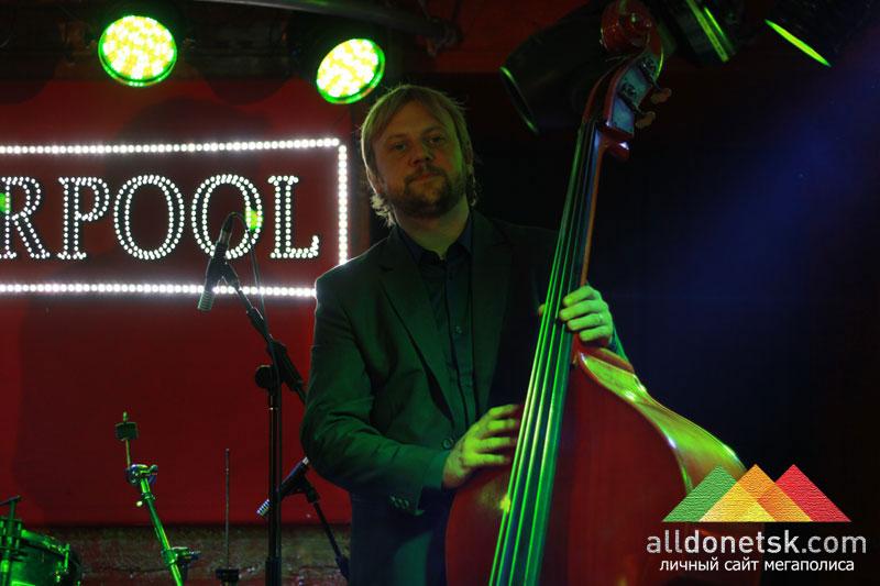 Фабьен Маркоз, невозмутимый как его контрабас, задавал ритм джаз-бенду