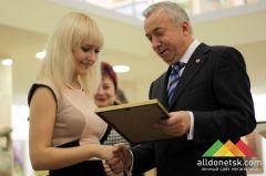 Мэр Донецка наградил грамотами и стипендиями лучших студентов