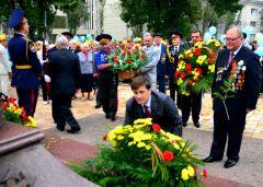 Возложение цветов к памятникам героев ВОВ в Донецке